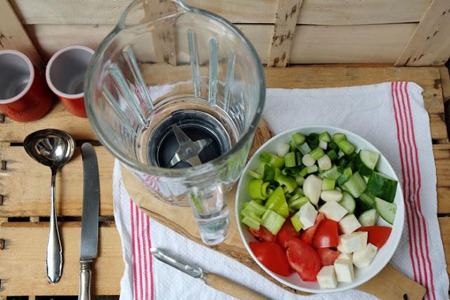 Gazpacho-Zutaten fertig geschnitten mit Mixer