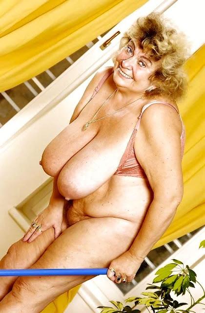 geile Oma mit Schlauchtitten