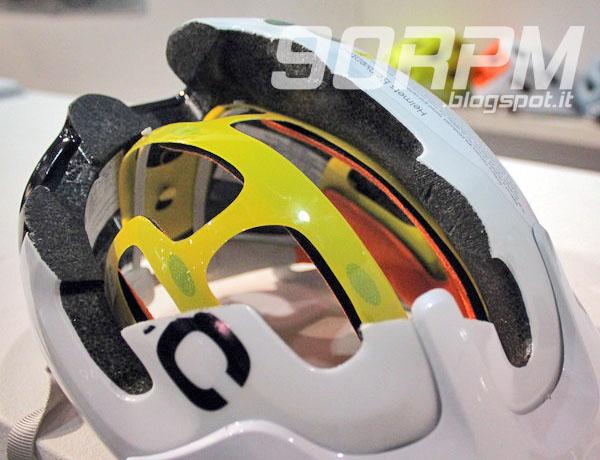 Modello che mostra un casco da ciclismo con calotta MIPS