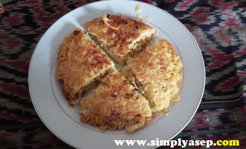 PIZZA MIE :  Sebagian orang blang ini omelet Mie atau Pizza mie sih?  Saya taunya dari resep aja praktek uji coba resep gitu.  Foto Asep Haryono
