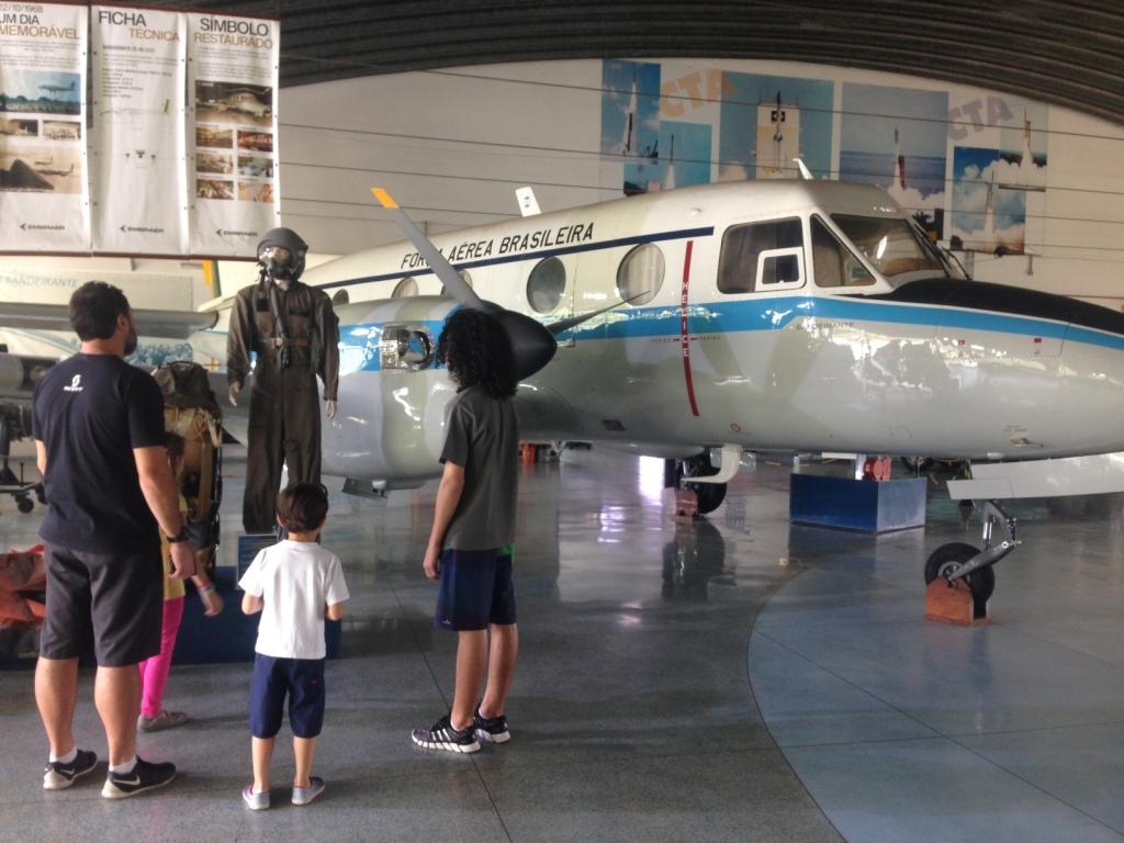vendo o avião Bandeirante, primeiro avião fabricado no Brasil