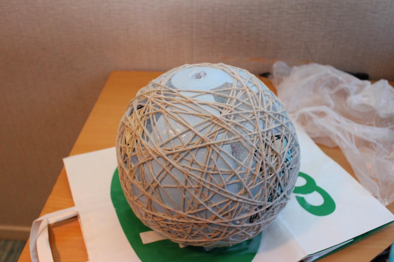Snöre lindas runt en badboll för att göra planetlampor.