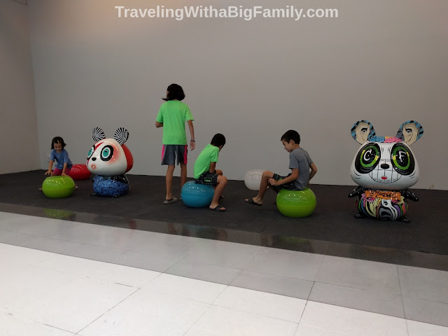 How a big family plans its schedule on vacation in Asia