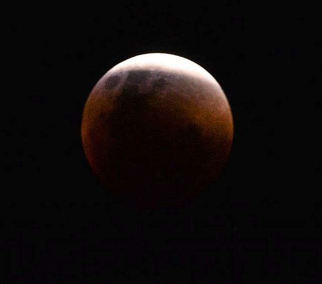 Maior eclipse total da Lua do século 21 ocorre nesta sexta-feira