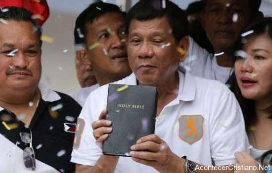 Presidente de Filipinas Rodrigo Duterte con Biblia
