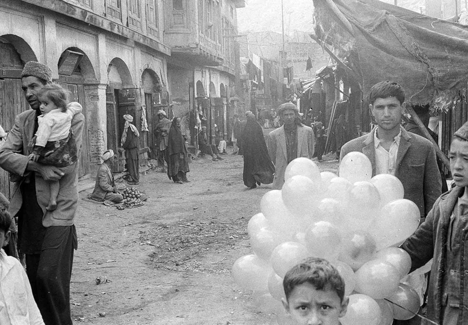 Una escena tranquila en una calle a través del bazar de Kabul, el 31 de diciembre de 1969.