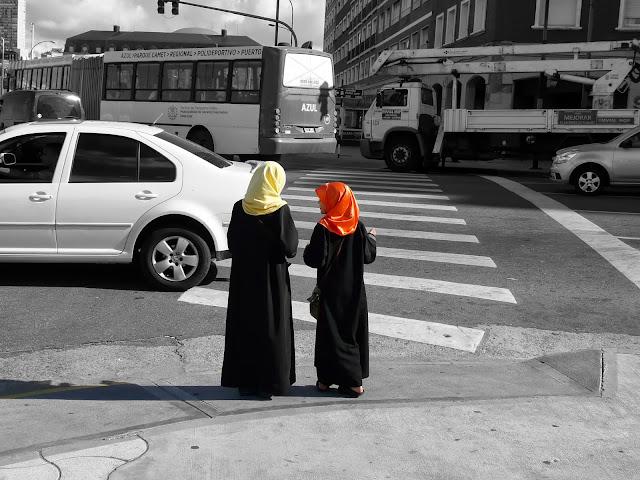 Dos niñas pañuelo en la cabeza y  vestido negro