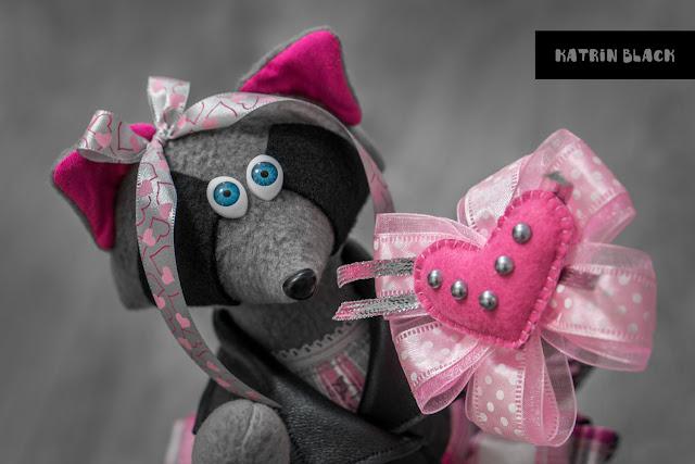 Интерьерная игрушка - енот в косухе и розовых кедах. Ручной работы. Романтичный подарок девушке.
