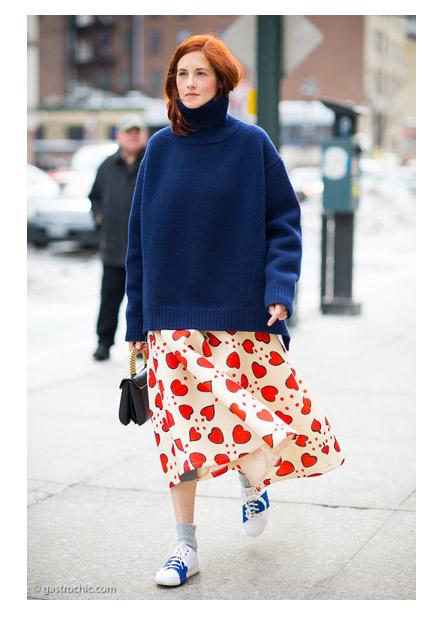 Тейлор Томаси Хилл в свободном свитере с широкой юбкой