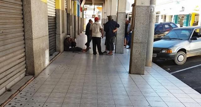 Moradores de rua causam incômodo aos comerciantes do Mercado Municipal de Pinhal