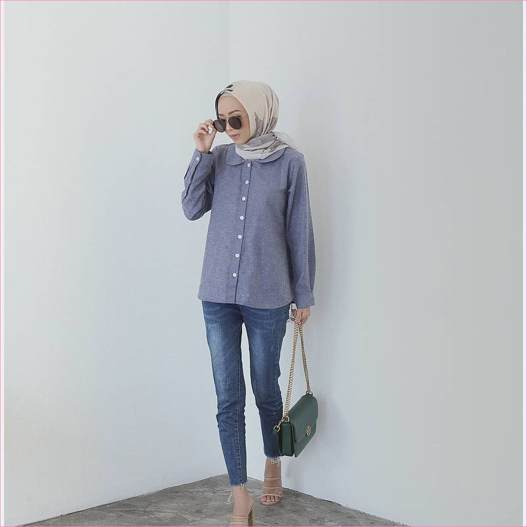 Outfit Celana Jeans Untuk Hijabers Ala Selebgram 2018 blouse kemeja biru pastel slingbags hijau tua kerudung segiempat hijab square krem pants jeans denim wedges high heels coklat kacamata hitam ootd trendy