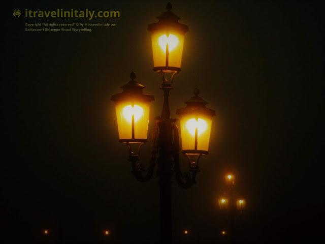 "I Travel in Italy introduces you; Ponte della Paglia is a bridge in Venice, Italy The Street Lamp in Venice Venezia Copyright ""All rights reserved"" © By itravelinitaly.com Baldassarri Giuseppe Visual Storytelling.    Find out more, 1> go to the bottom of the site page."