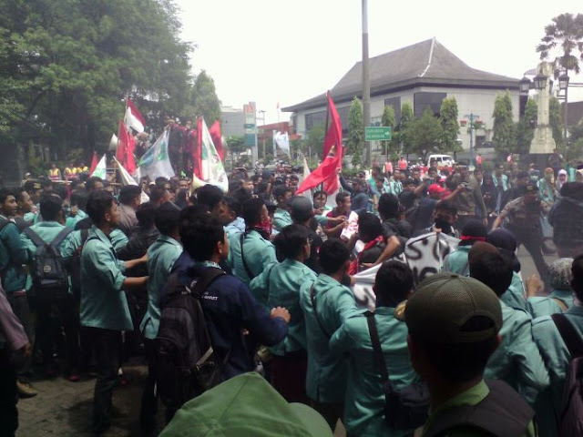 Ratusan Mahasiswa di Solo Tuntut Hokowi Mundur