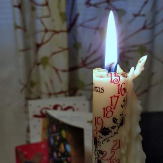 Joulukalenterikynttilä palaa.