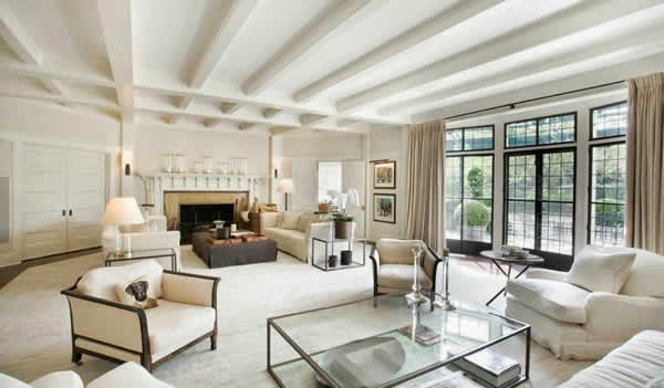 Sala con sofá blanco