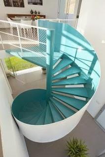 Espacio en doble altura con escalera de caracol