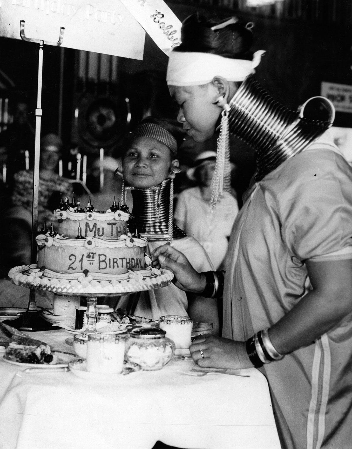 Una de las mujeres celebra su cumpleaños número 21 con un pastel.