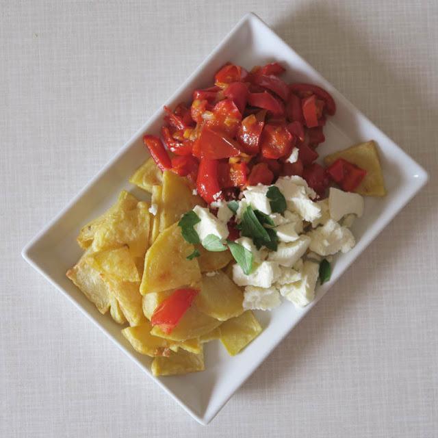 Kartoffelscheibchen mit leckerem Gemüse und frischem Feta