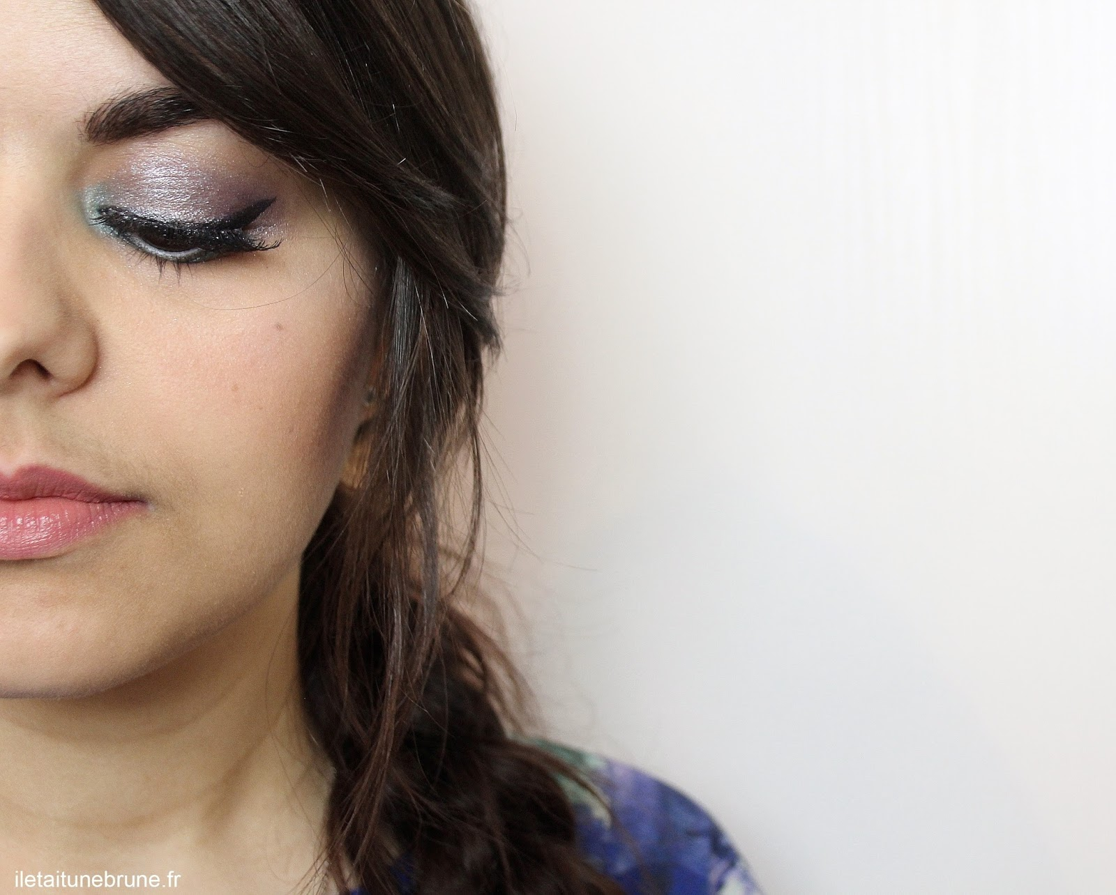 maquillage des yeux style holographique bleu azur, argenté, violet