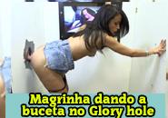 Magrinha dando buceta no Glory hole