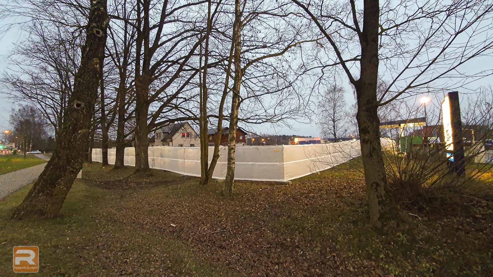 Sēta ap būvlaukumu aizsegta ar baltu materiālu
