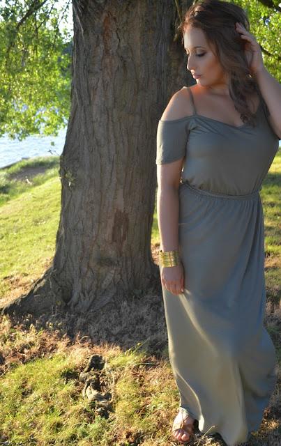 Boohoo - The Boohoo games - Gold smokey eye - Eye look - Halo eye - golden - false eyelashes - Outfit - outfit of the day - maxi dress - sandals - zoeva - cocca blend - make up - khaki dress