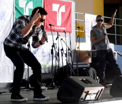 Foto de Dyland y Lenny cantando en el escenario