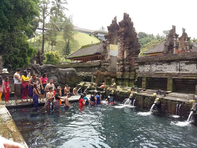 водные храмы Бали. .Храм Священной воды Тирта Эмпул.