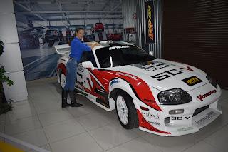 Девушка и гоночная машина