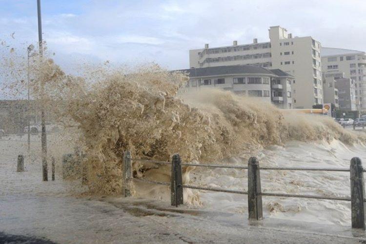 Cape Town fırtınaları kıyıya kadar çıkabiliyor ve seyir halindeki araçları devirebiliyor.