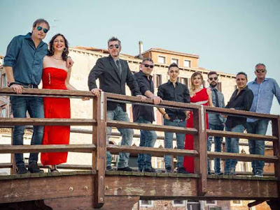 Max & the Seventh Sound in posa su un ponte di Venezia