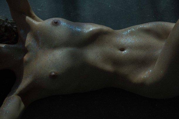 modelo Kasia Kmiotek fotografia Helena Bromboszcz brilho glitter nudez sensual artística