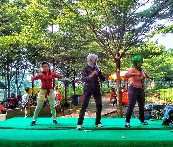 Peringati Hari Kartini, Sanggar Senam Familia Senam Dengan Kebaya
