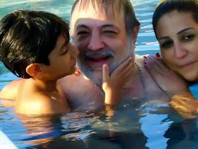 بالصور: وفاء عامر وزوجها وإبنها في حمام السباحة