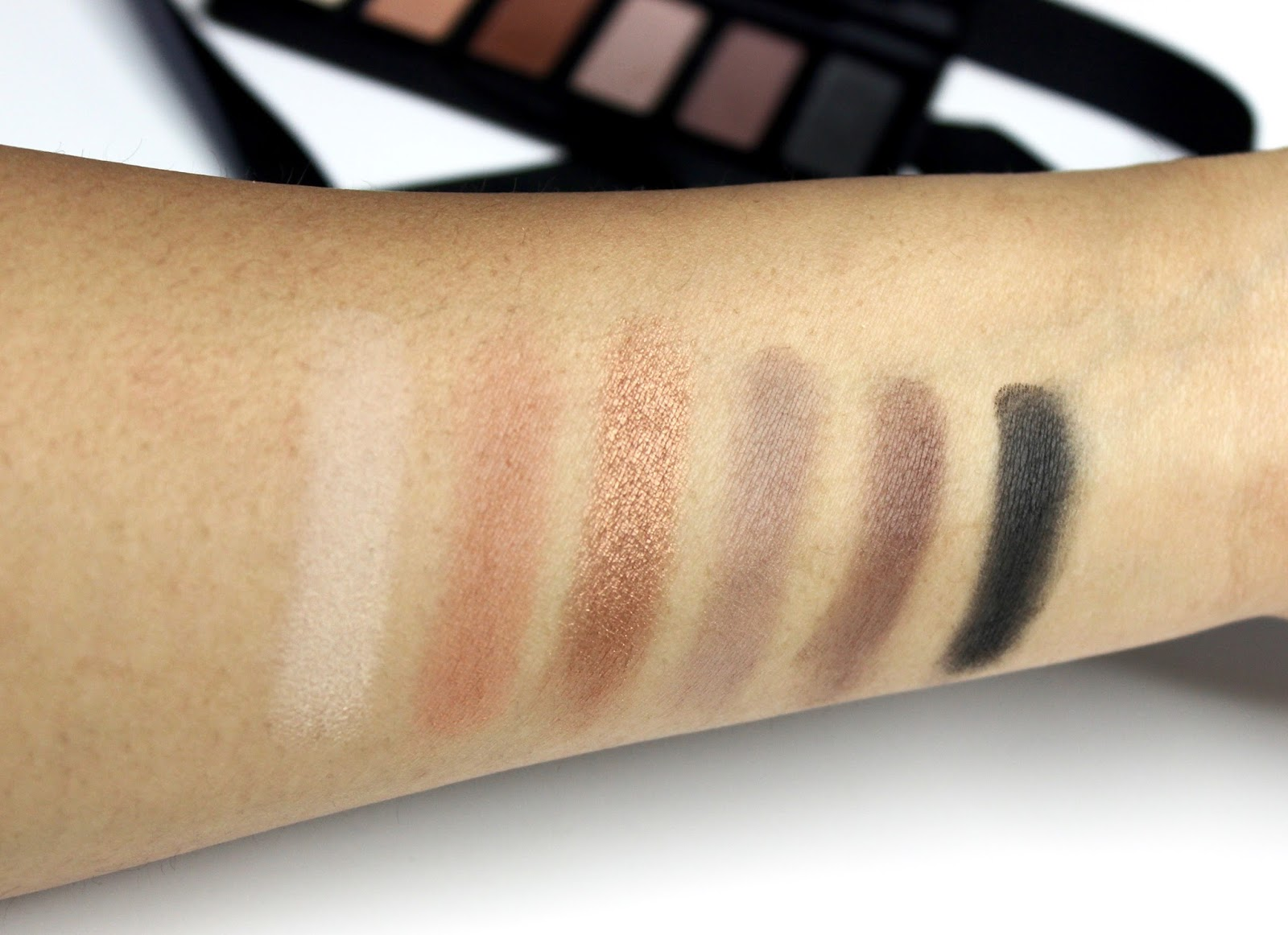 Rodial eyeshadow Swatch