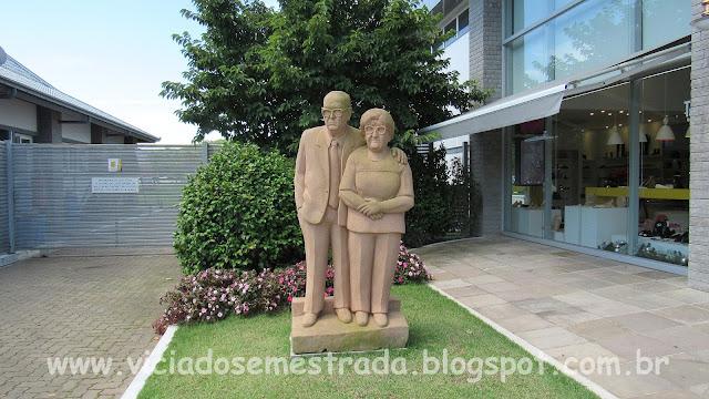 Escultura em pedra-grês do casal Grings