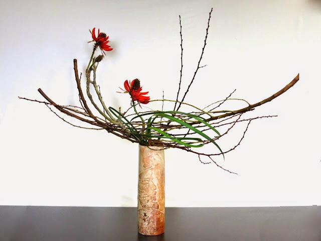 Thêm vào đó, ba đường nét chính trong bình hoa hay lẵng hoa là thứ tượng trưng cho Trời – Đất – Người (Thiên, Địa, Nhân). Tất cả ba phần lại được cột chặt vào một bộ phận giữ và lại phải diễn tả cho thấy sự xuất phát từ một nguồn cội. Sau đó, các bông hoa khác được thêm vào mỗi phần nhưng cách bố cục khéo léo của ba phần chính kể trên được coi là quan trọng nhất.