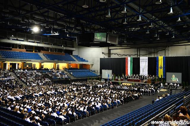 Izgatottan gyülekeztek a Főnix csarnokban szeptember 11-én az ünneplőbe öltözött diákok, hogy – sikeres felvételüket követően – az ünnepségen esküt téve hivatalosan is a Debreceni Egyetem polgáraivá válhassanak. Alap- és mesterszakon, PhD-képzésben, angol nyelvű oktatásban és felsőoktatási szakképzésben több mint 8000 elsőéves, így összességében csaknem harmincezer – köztük több mint négyezer külföldi – hallgató kezdi meg tanulmányait a 2016/17-es tanévben.