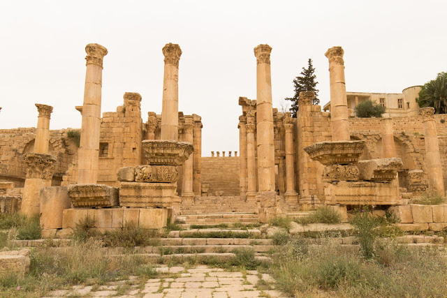 Entrada al Templo de Artemisa desde el Cardo Máximo en Jerash