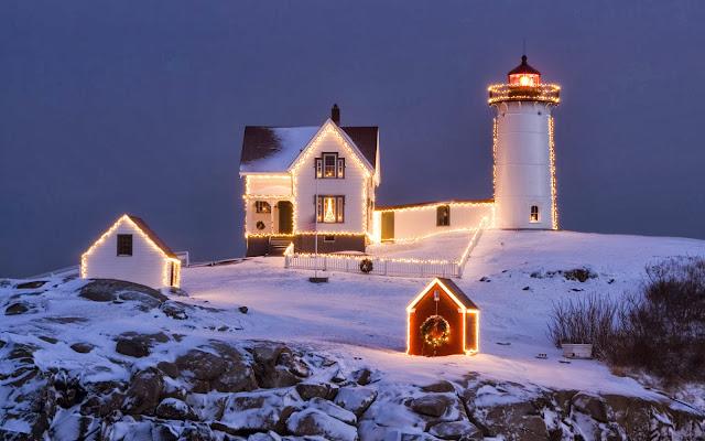 Foto met vuurtoren en huizen met verlichting