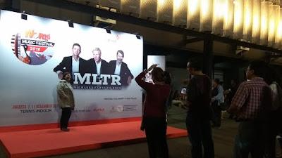 Penggemar MLTR pun antusias berfoto dengan latar backdrop MLTR (dok.windhu)