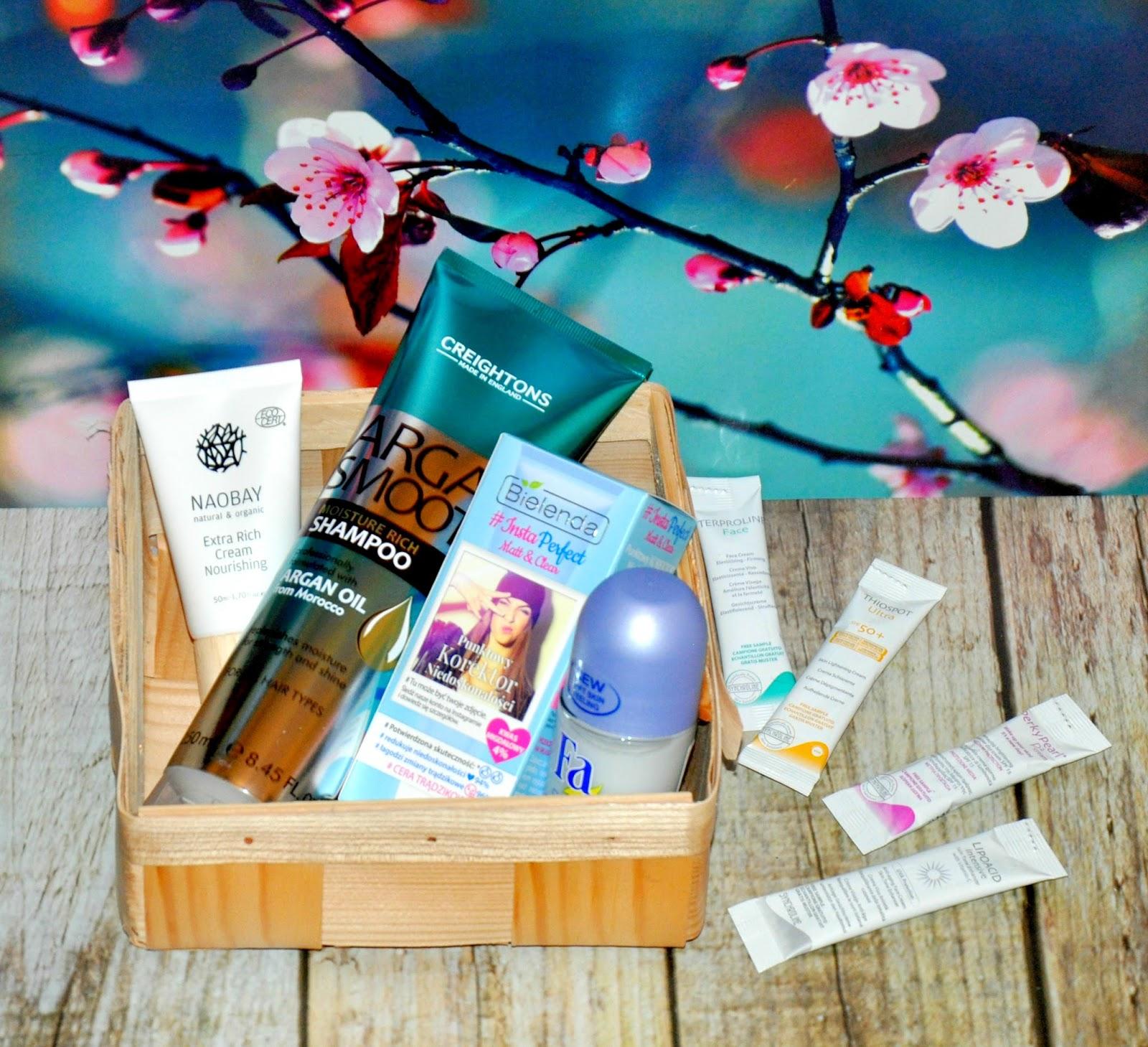 PRETTY. HAPPY. YOU - tak nazywa się majowa edycja ShinyBox.  Zawartość pudełka skrywa kosmetyki, których zadaniem jest przygotowanie nas do nadchodzącego lata. Zestaw zawiera pięć produktów pełnowymiarowych i jedną próbkę w której skład wchodzą aż cztery różne kosmetyki.