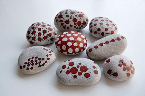 Piedras decoradas con rotulador rojo