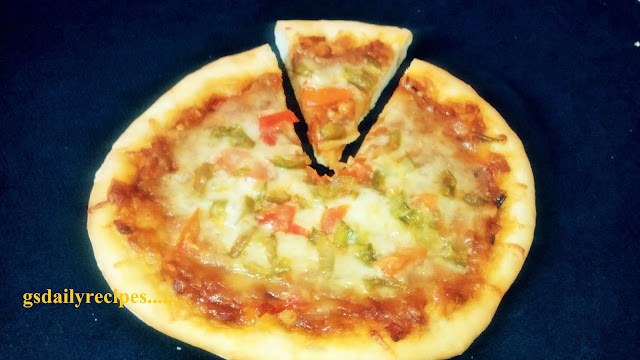 कूकर मे पिज़्ज़ा बनाने की विधि - homemade pizza recipe - how to make pizza in pressure cooker