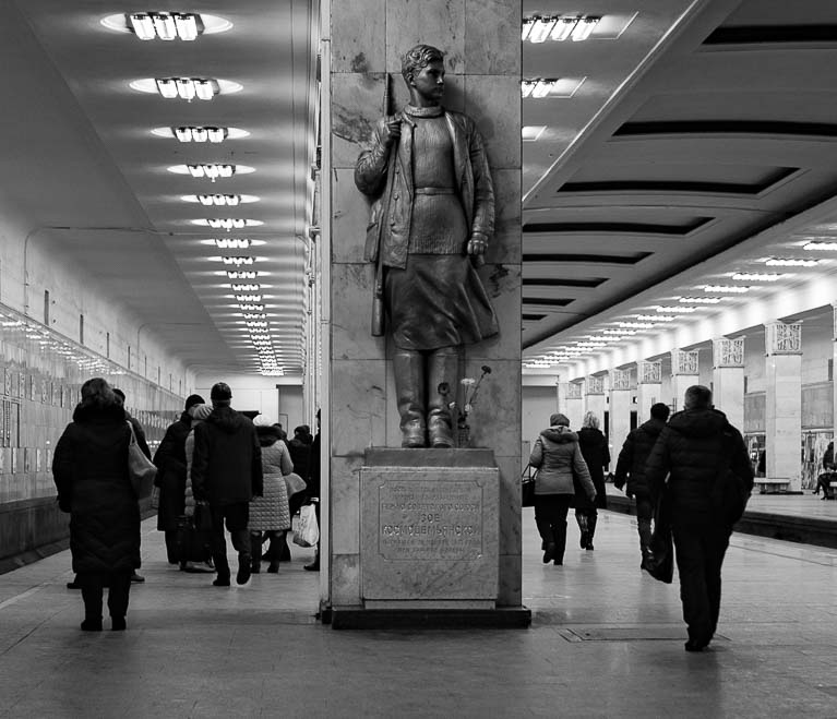 Памятник Зое Космодемьянской на станции метро Партизанская