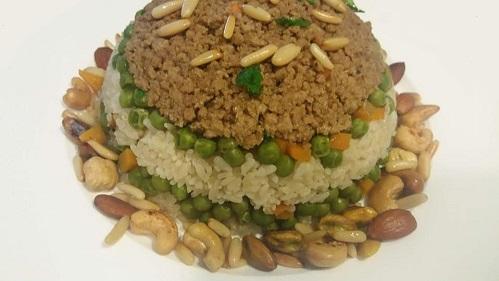 أرز مع اللحم وبازيلا وجزر..وصفة سريعة وتقدم مع دجاج مشوي وسلطة