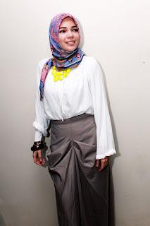 artis Inggris luar negeri pakai Jilbab Cantik Dewi Sandra