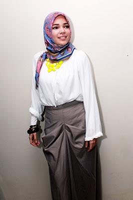 artis Inggris luar negeri pakai Jilbab Cantik Dewi Sandra baju kemeja ketat dan artis manis