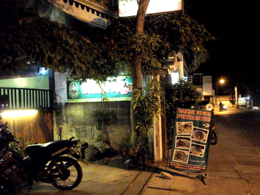 Parkiran Bakmi Jogja Putrojoyo, tepat di pinggir Jalan Kutisari Selatan
