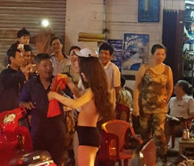 Cô gái cởi áo ăn mừng U23 Việt Nam